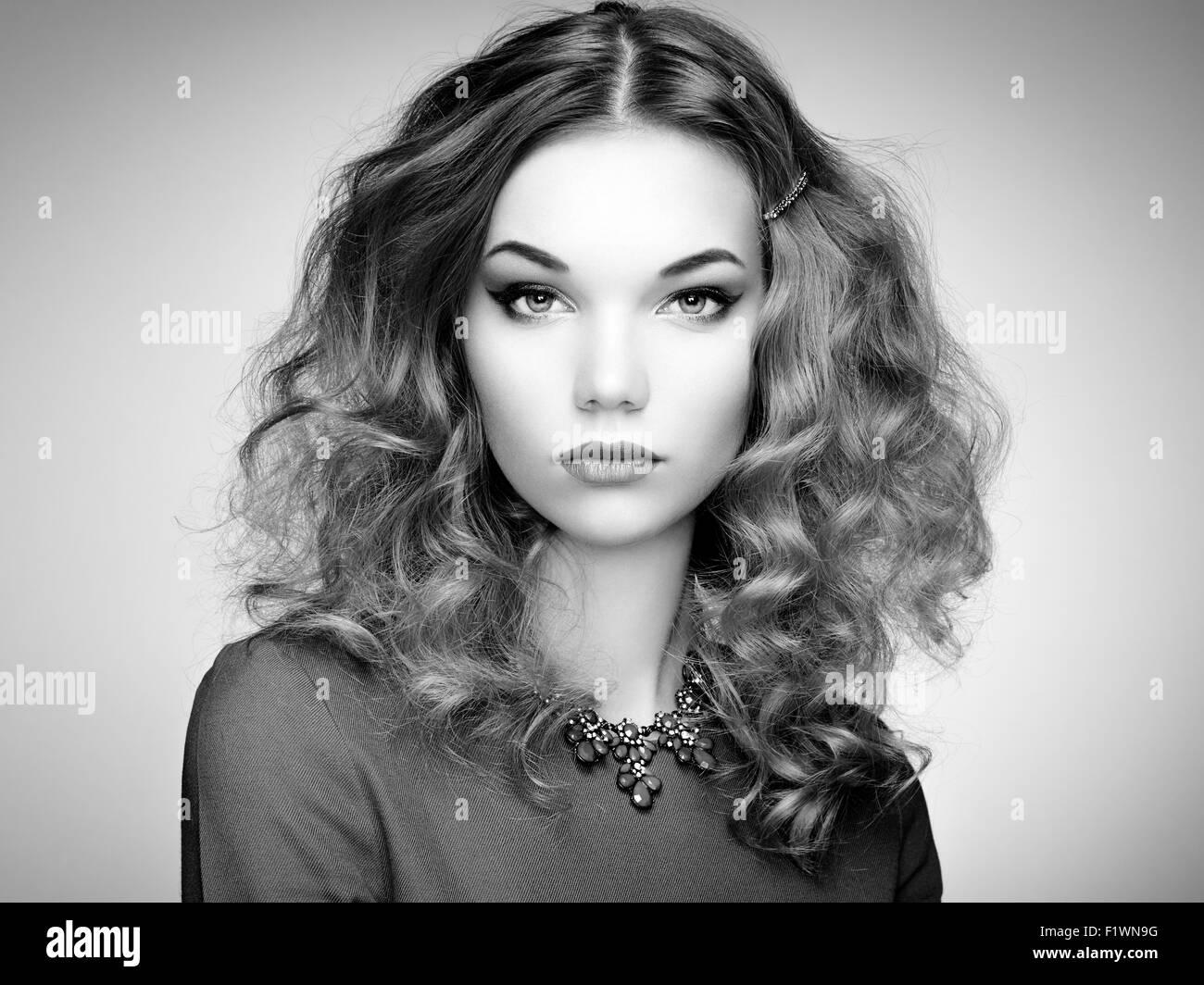 Moda ritratto di donna elegante con magnifici capelli. Ragazza bionda.  Perfetto per il make-up. In bianco e nero 881266868e76