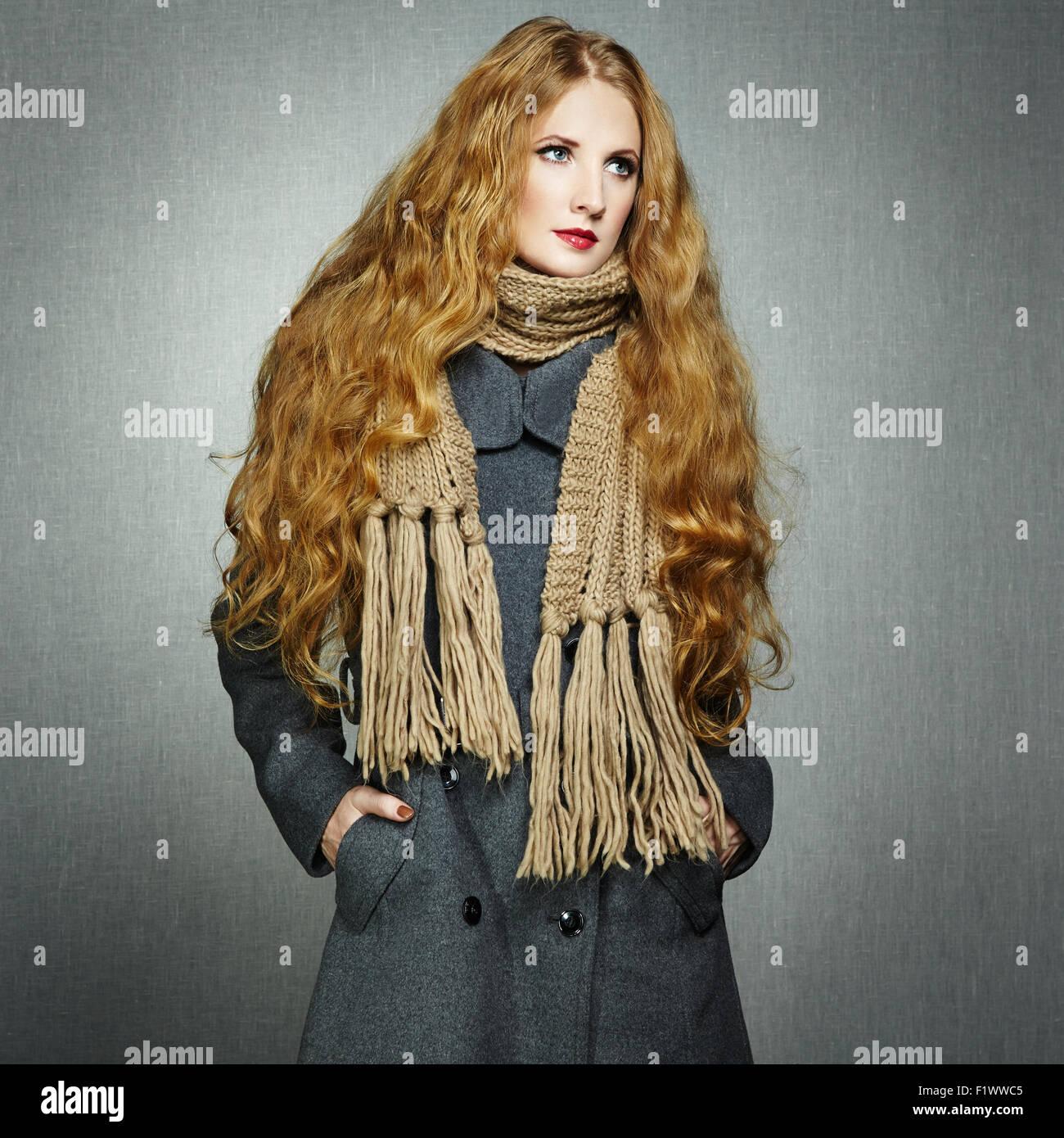 Ritratto di giovane donna in autunno cappotto. Fotografia di moda Immagini Stock