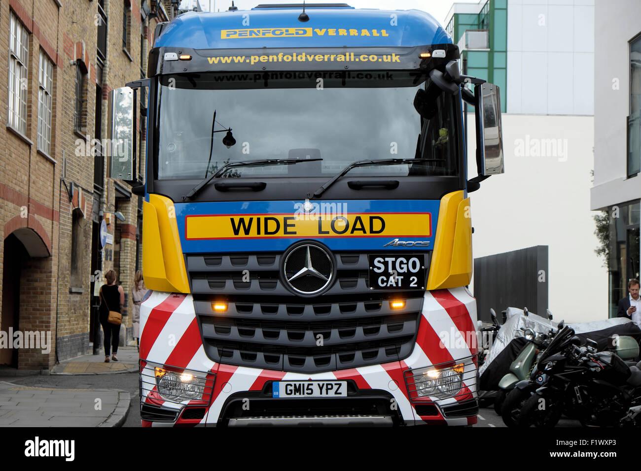 Autoarticolato trasporta un carico di larghezza bloccando il traffico attende in Bermondsey Street, Southwark, Londra Immagini Stock