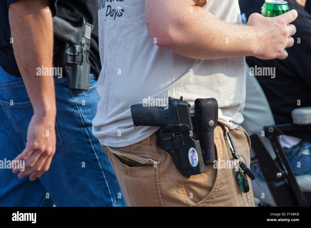 Detroit, Michigan - Membri della unione Ironworkers apertamente trasportare armi da fuoco a mano durante il Detroit Immagini Stock