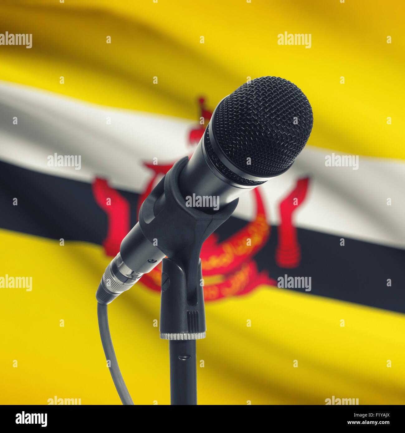 Microfono con bandiera nazionale sulla serie di sfondo - Brunei Immagini Stock