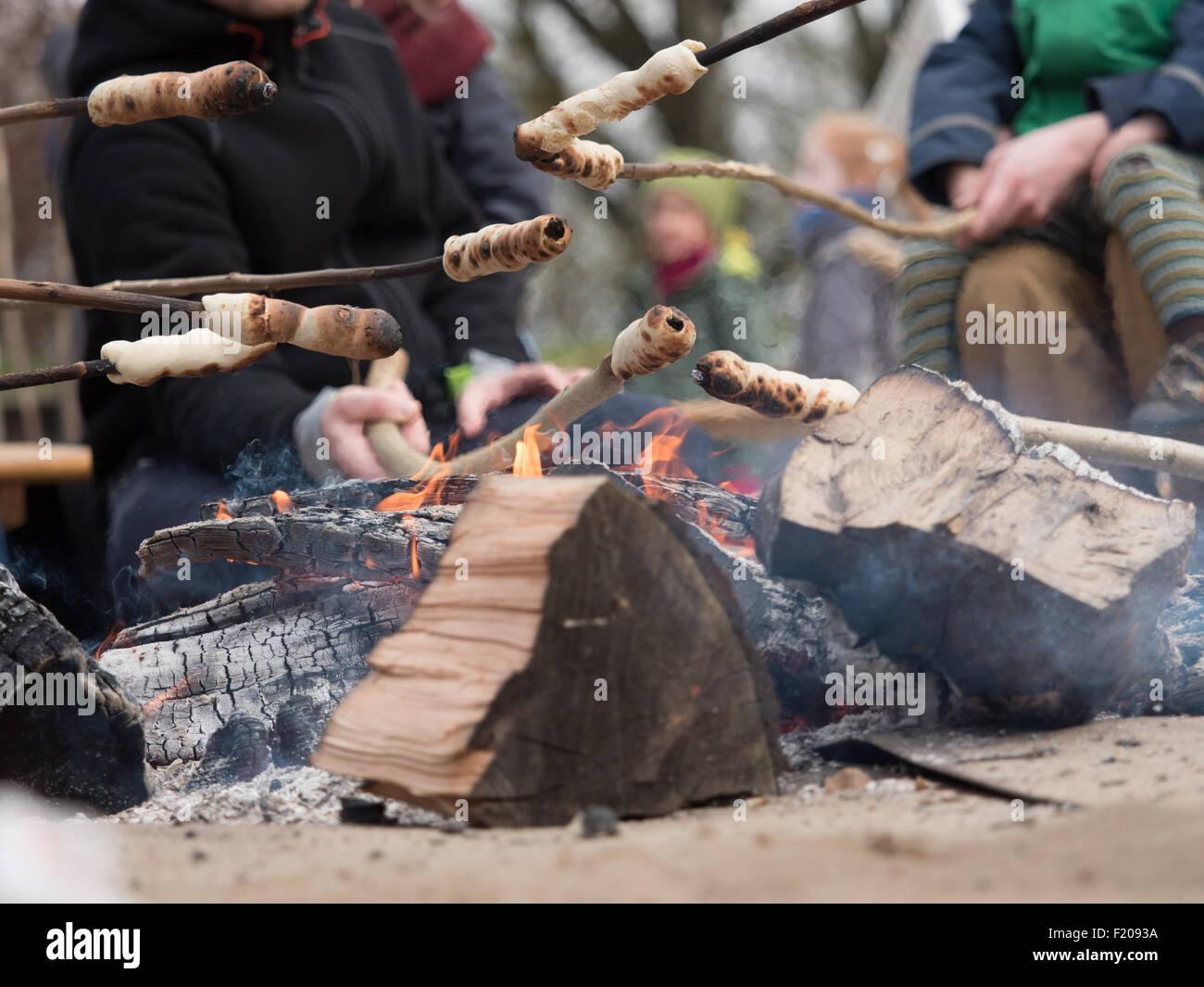 Familie grillt Stockbrot Immagini Stock