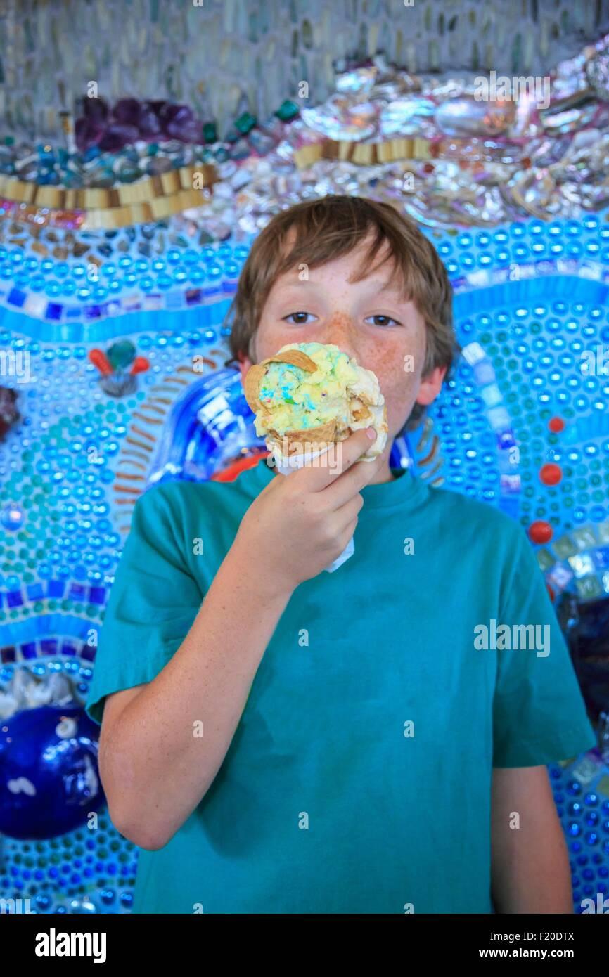 Ragazzo giovane mangiare gelato Immagini Stock