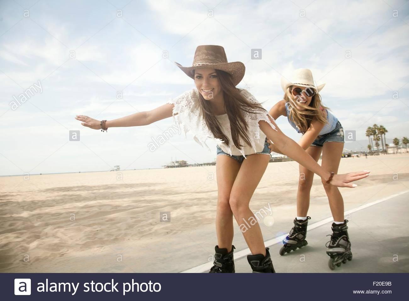 Ritratto di due giovani donne, inline skating Immagini Stock