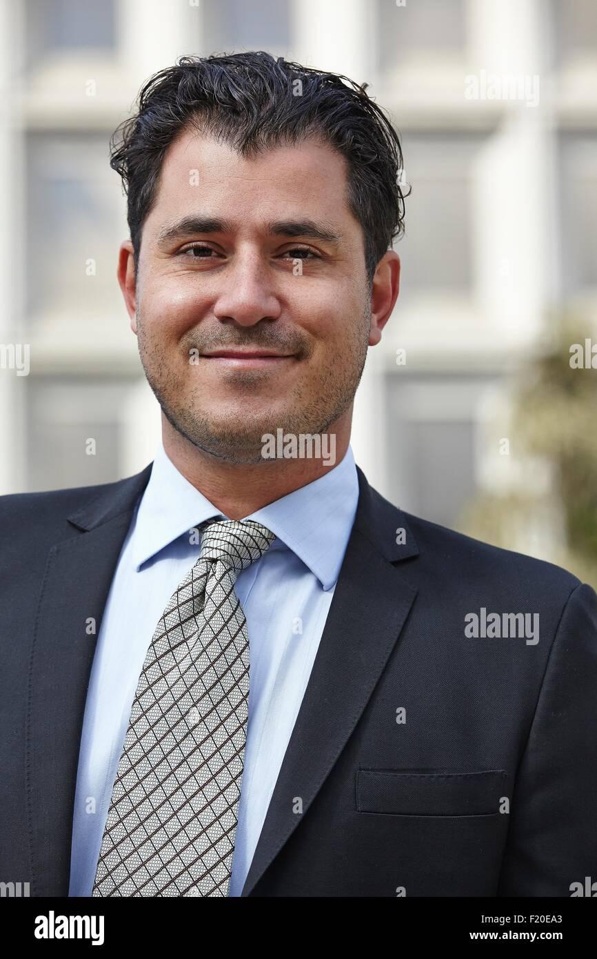 Ritratto di metà adulto uomo d affari e guardando la telecamera, sorridente Immagini Stock