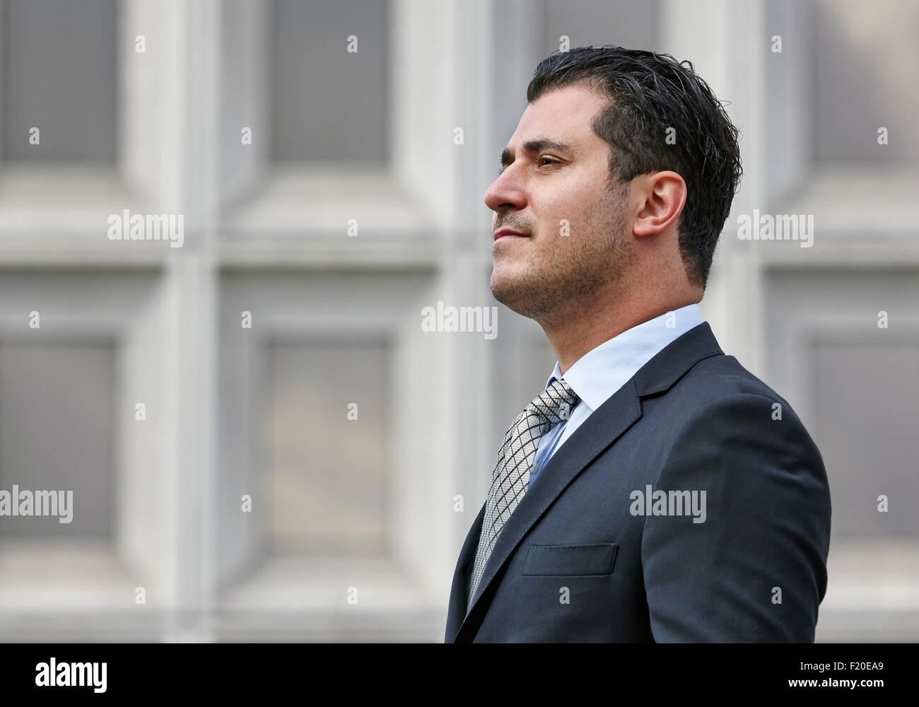 Ritratto di metà adulto uomo d affari che guarda lontano. vista laterale Immagini Stock
