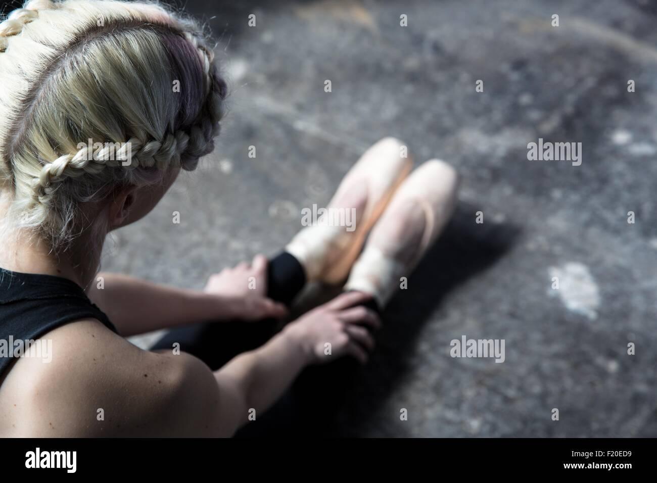 La ballerina stretching in studio Immagini Stock