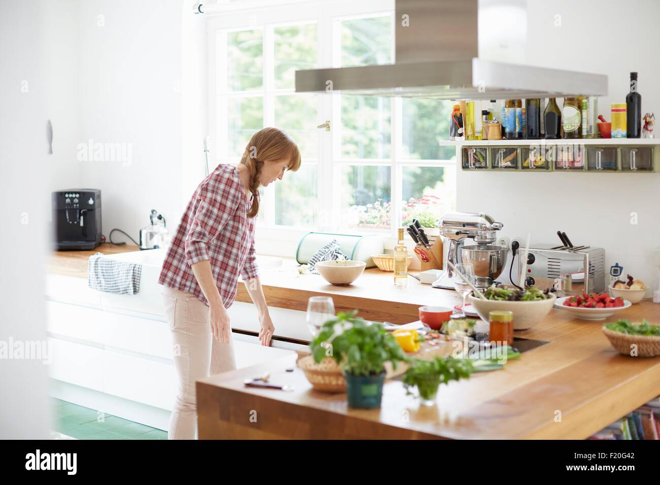 La donna la preparazione di pasto in cucina Immagini Stock