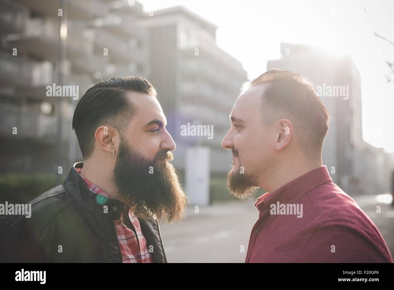 Coppia gay faccia a faccia sulla strada Immagini Stock
