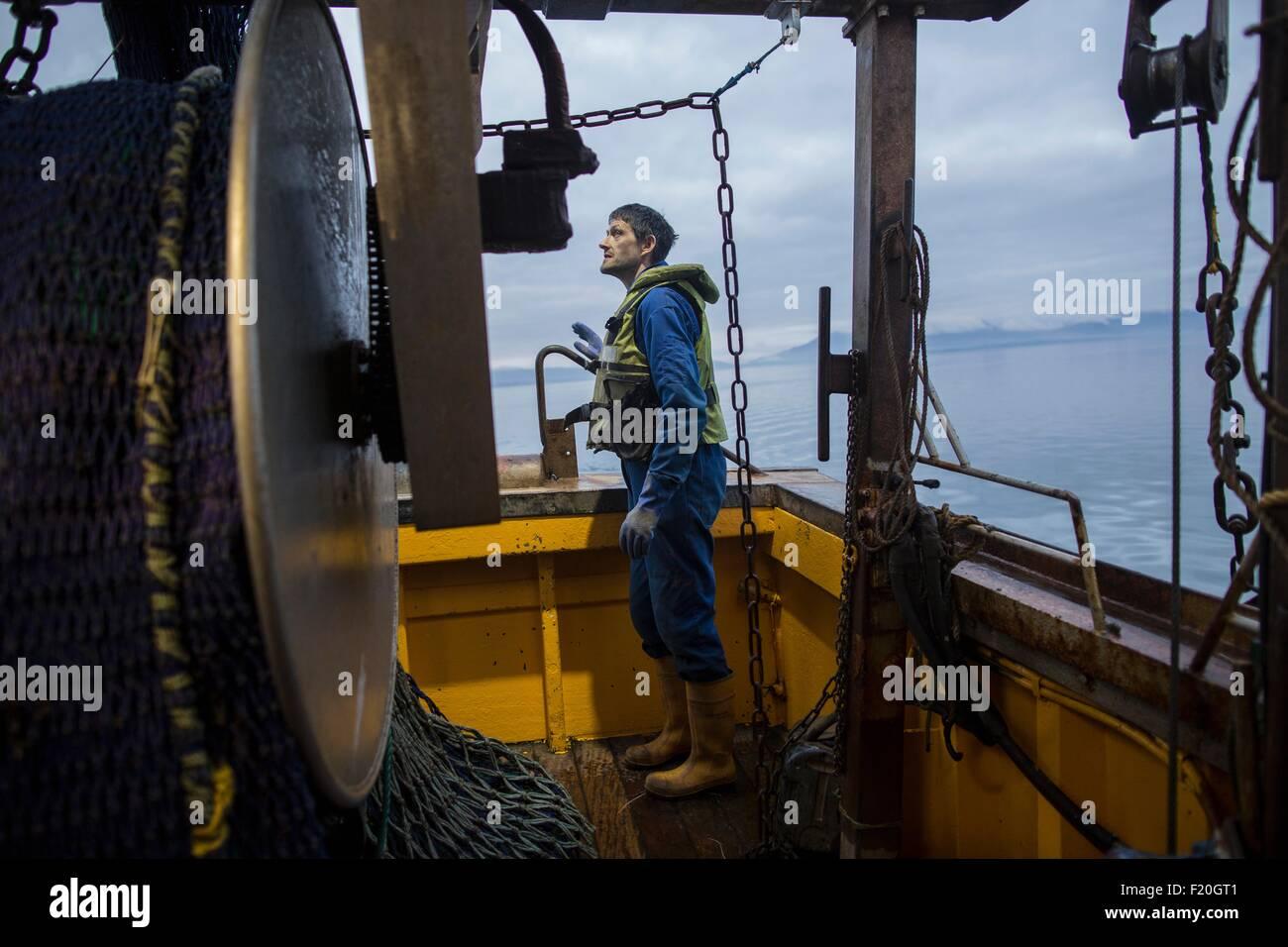 Fisherman preparazione peschereccio per traino Immagini Stock
