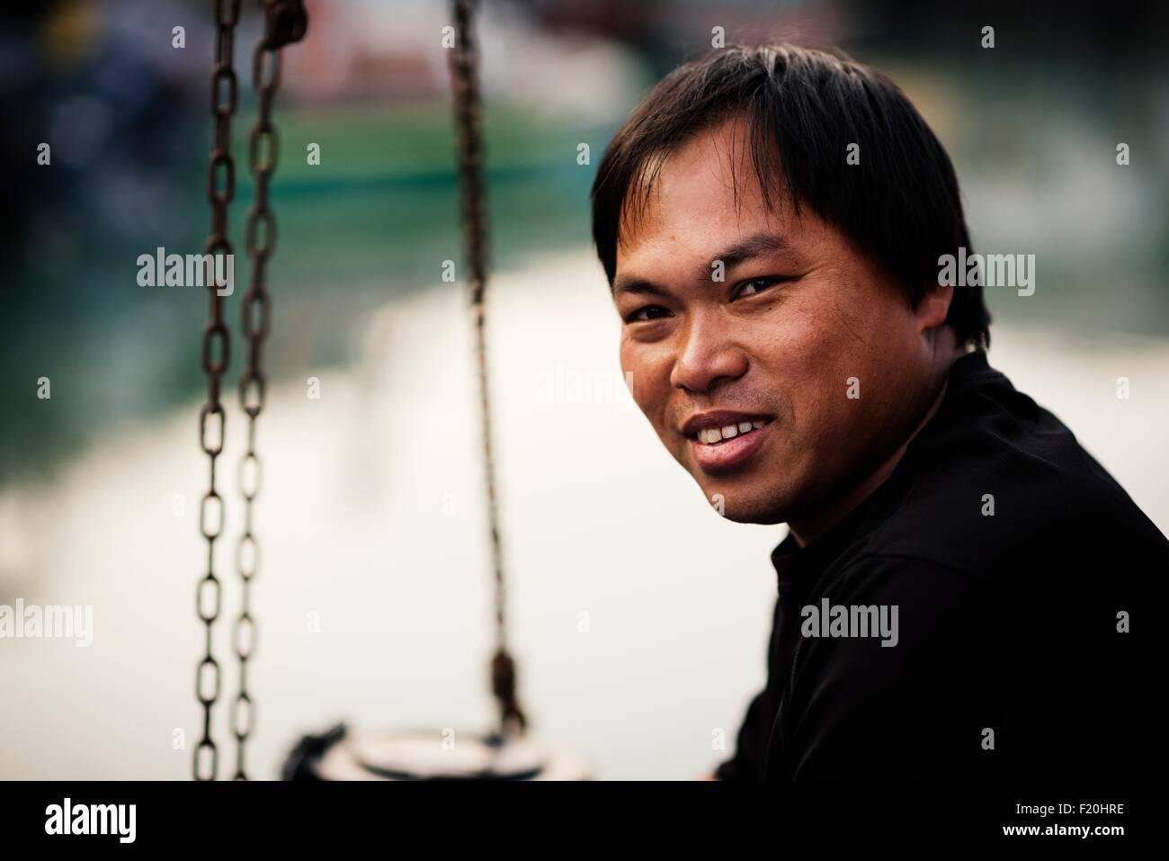 Ritratto di uomo anziano, vista laterale guardando sopra la spalla alla fotocamera a sorridere Immagini Stock