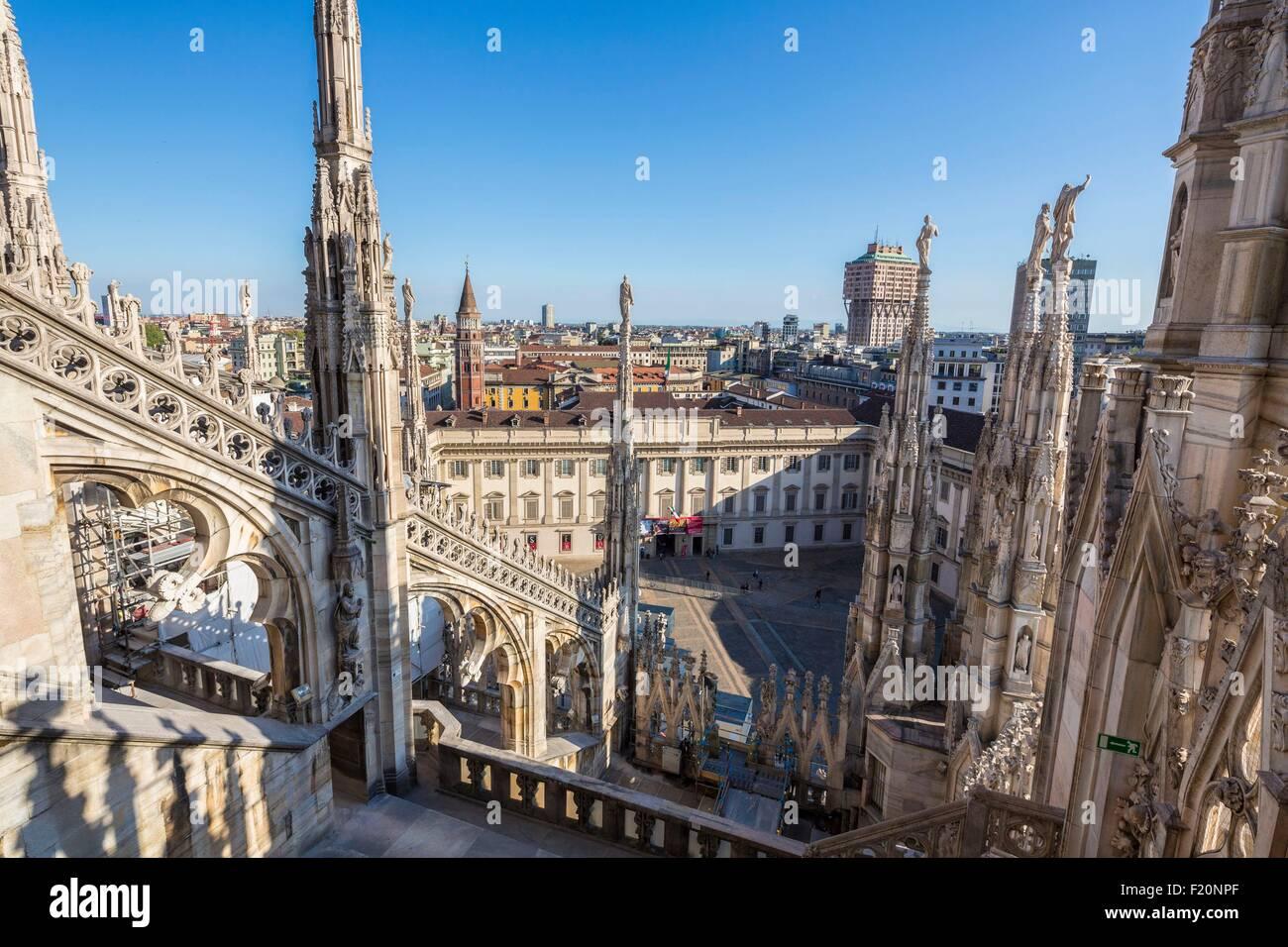 L'Italia, Lombardia, Milano, le frecce e le statue del Duomo visto dal terrazzo situato sul tetto della cattedrale Immagini Stock