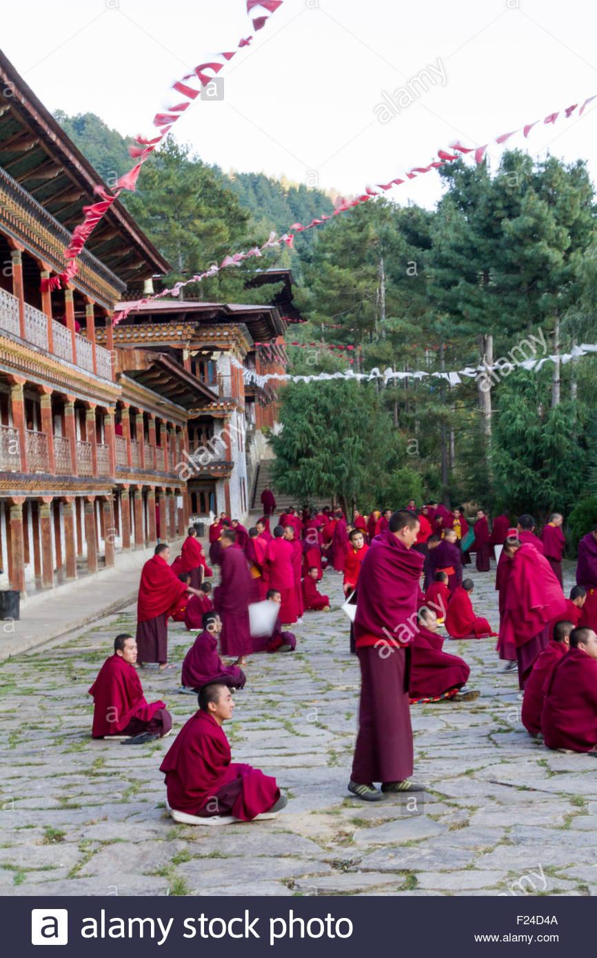 Bhutanese di monaci buddisti si impegnano in dibattiti filosofici nel cortile di un monastero in Bumthang, Bhutan Immagini Stock