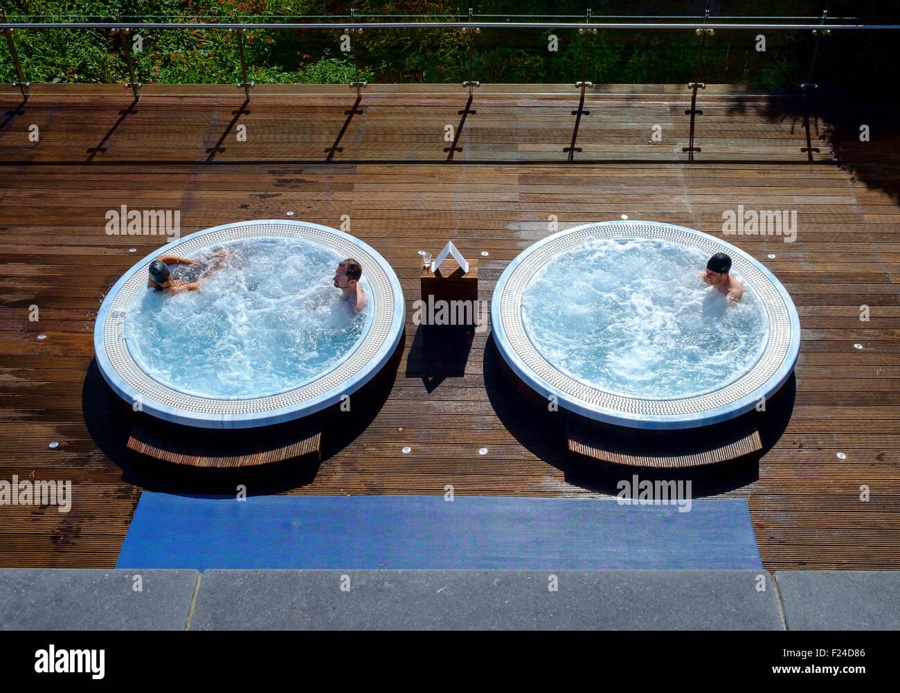 Jacuzzi bagno esterno circolare bagnanti vasca calda Immagini Stock