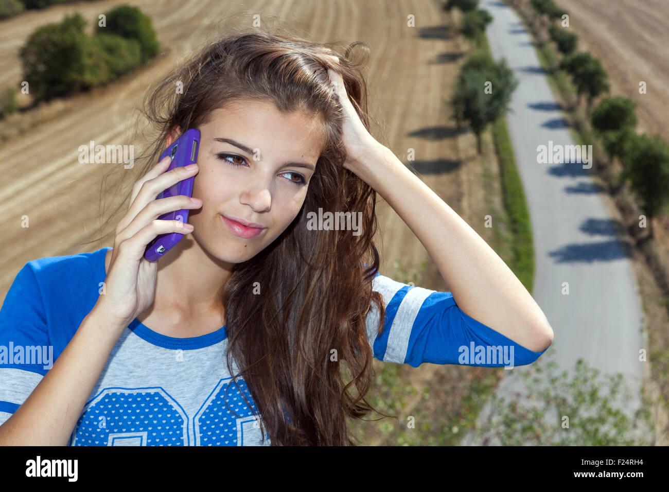 Ragazza adolescente parlando al telefono cellulare Immagini Stock