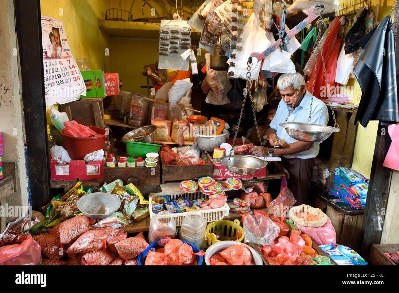 Sri Lanka, Provincia Orientale, Trincomalee, il mercato coperto, vendita di spezie Immagini Stock