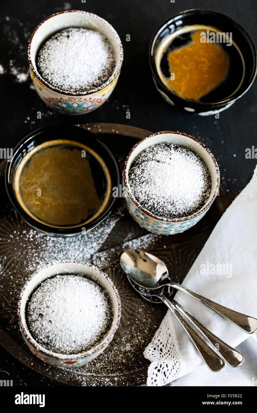 Tazza di cioccolato torta e tazze di caffè. Immagini Stock