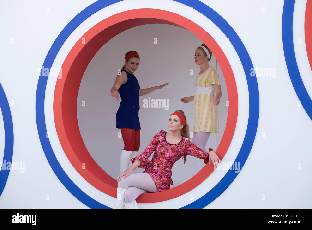 e9173c67d916 Tre ragazze giovani vestiti in retro 50S   60s abbigliamento mini abiti in posa  per fotocamera