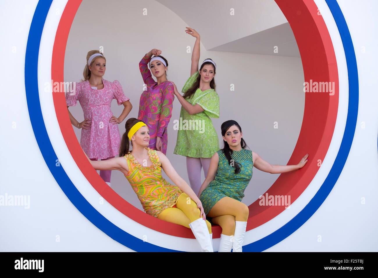 da784cbcb6f8 Cinque ragazze giovani vestiti in retro 50S   60s abbigliamento mini abiti  in posa per fotocamera