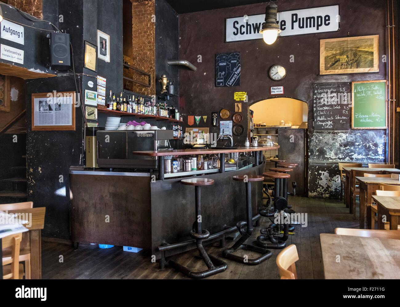 Indovina  da un'immagine il Film - Pagina 18 Schwarze-pumpe-ristorante-e-bar-tradizionale-pub-tedesco-con-autentici-accessori-ed-attrezzature-mitte-berlino-f2711g