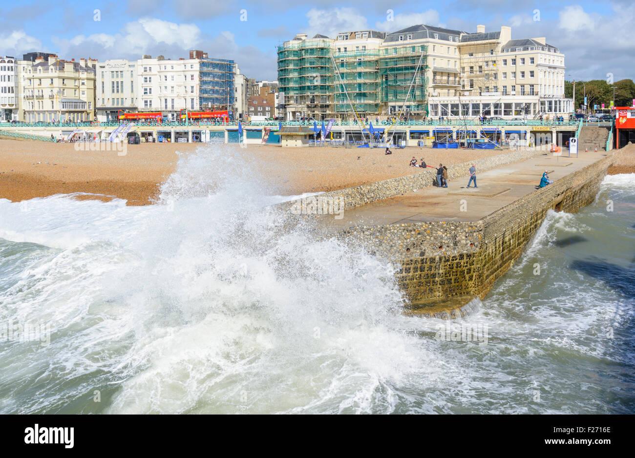 Brighton groyne. Spruzzi delle onde sopra il vecchio groyne presso il lungomare di Brighton, East Sussex, Inghilterra, Immagini Stock