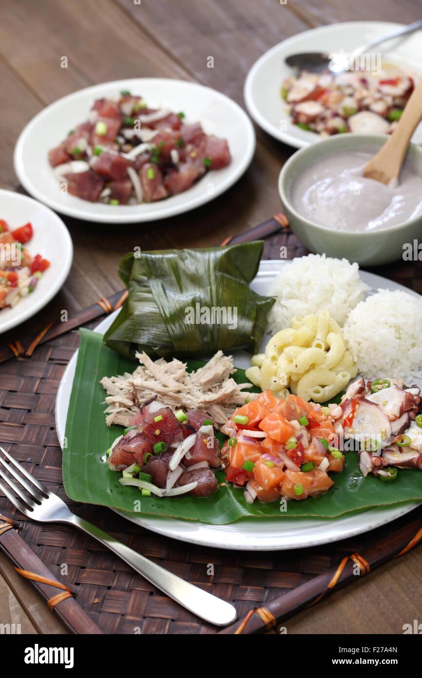 Hawaiian piastra tradizionale pranzo,ahi poke,lomi lomi salmon,tako poke,maiale Kalua,poi,lau lau Immagini Stock
