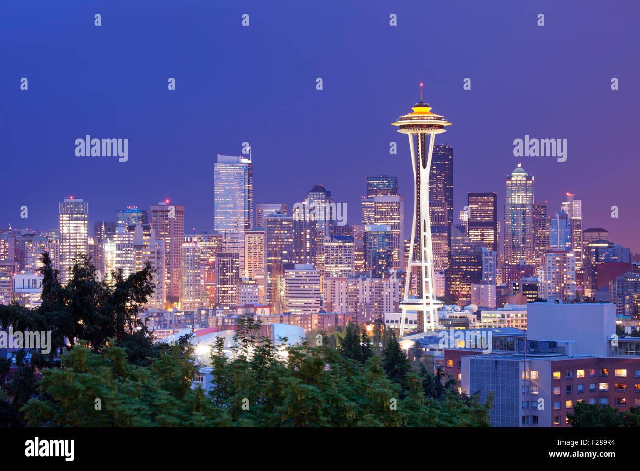 Lo Space Needle e la skyline di Seattle in Washington, Stati Uniti d'America. Fotografato di notte. Immagini Stock