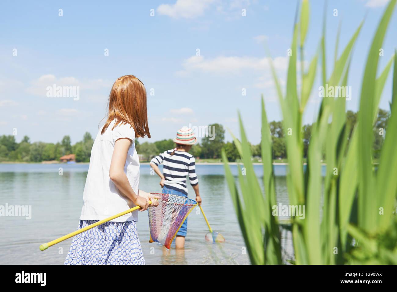 Due amici di pesca in lago, Baviera, Germania Immagini Stock