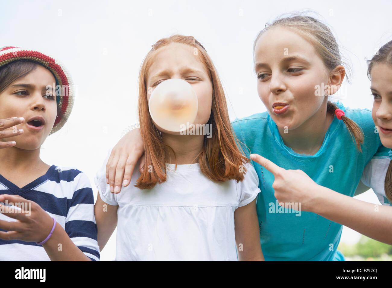 Le ragazze a giocare con bolla di gomme, Baviera, Germania Immagini Stock