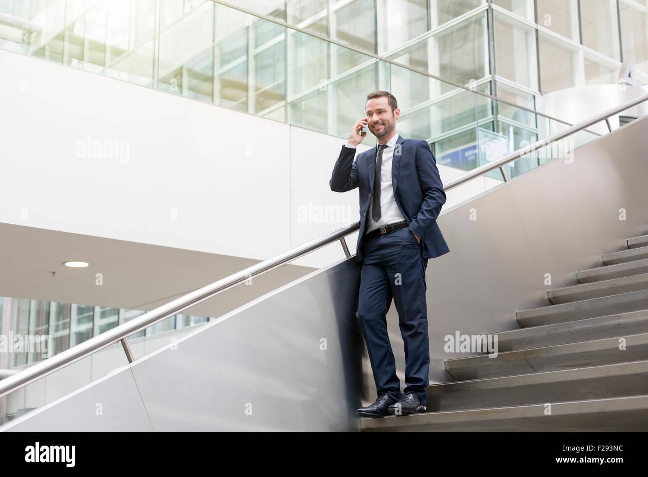 Imprenditore parlando al telefono cellulare Immagini Stock
