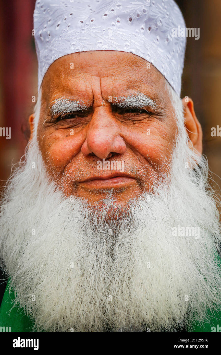 Uomo pakistano con la barba e i cappelli ed altri copricapo religioso, Glasgow, Scotland, Regno Unito Immagini Stock