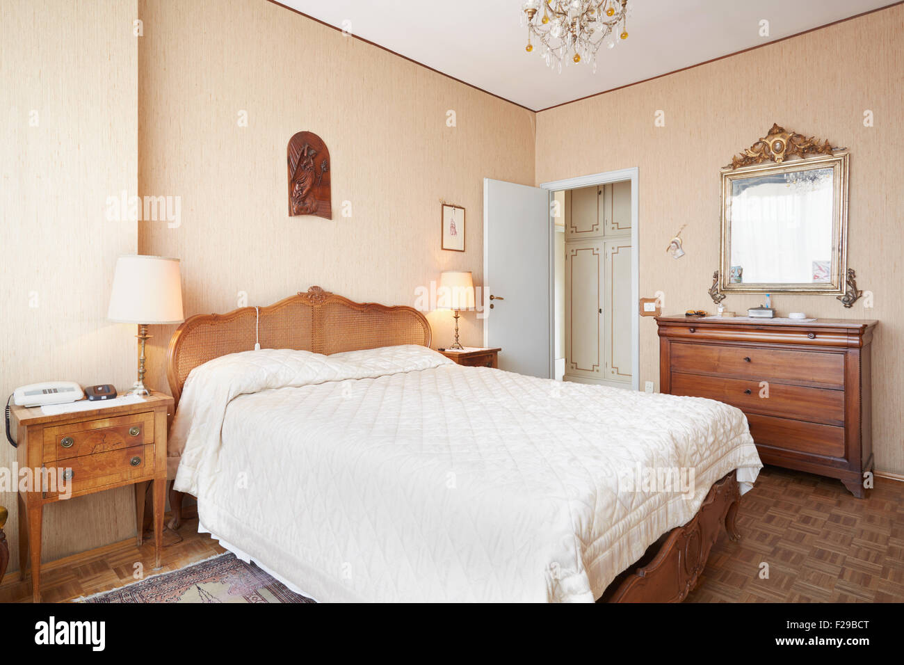 Testata Letto Con Porta Vecchia vecchia camera da letto con letto queen size nella casa