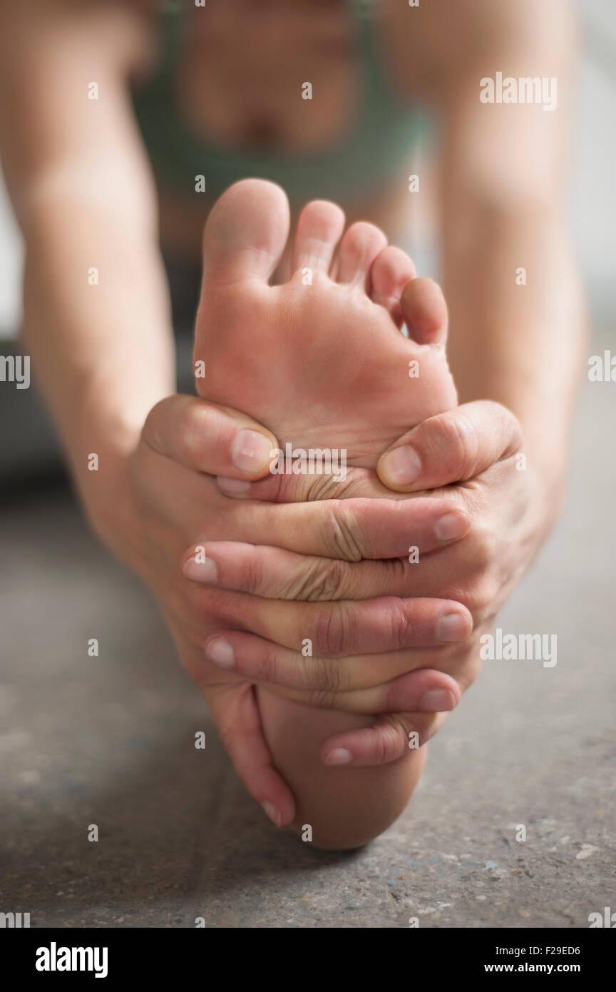 Donna pratica janu sirsasana pongono in studio di yoga, Monaco di Baviera, Germania Immagini Stock