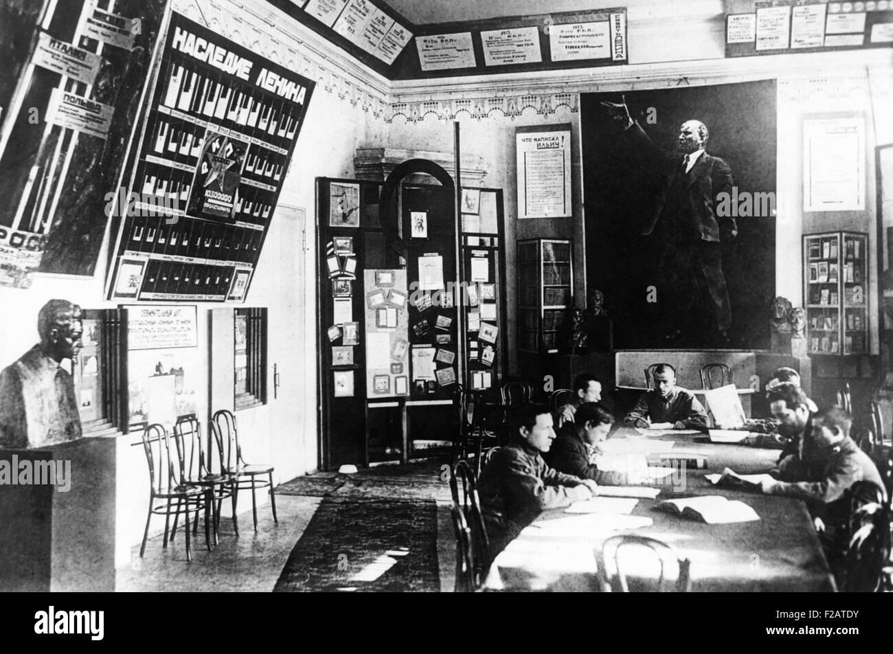 Museo di Lenin al Cremlino di Mosca, ca. 1930. Pittura, scritti e negozio di souvenir dei bolscevichi leader sono Immagini Stock