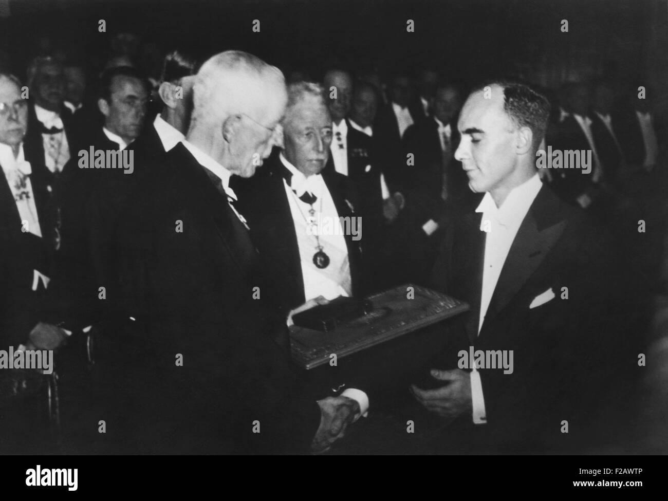 Il dottor Carl Anderson, ha ricevuto il 1931 Premio Nobel in Fisica dal Re Gustavo di Svezia. Il 25 dicembre 1936. Immagini Stock