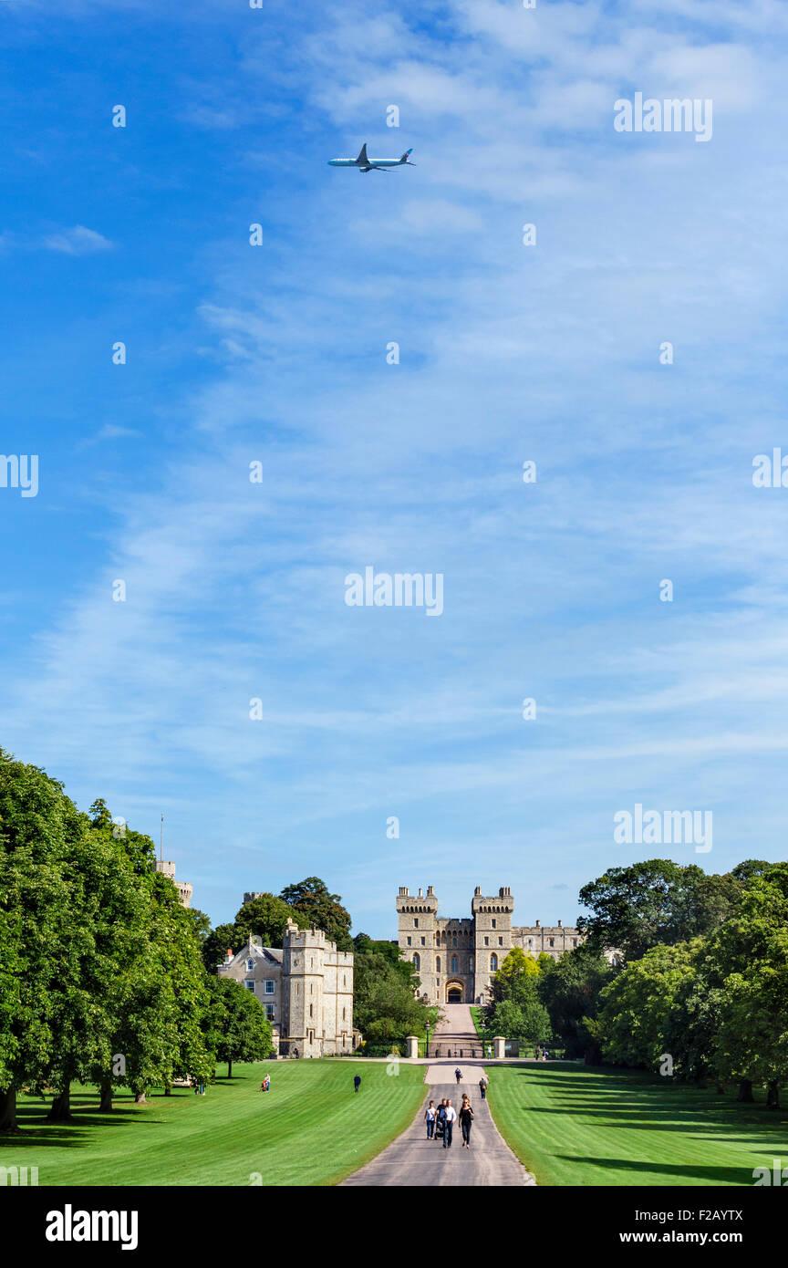 La lunga passeggiata con un Air Canada jet volare sopra il Castello di Windsor, Windsor Great Park, Berkshire, Inghilterra, Immagini Stock