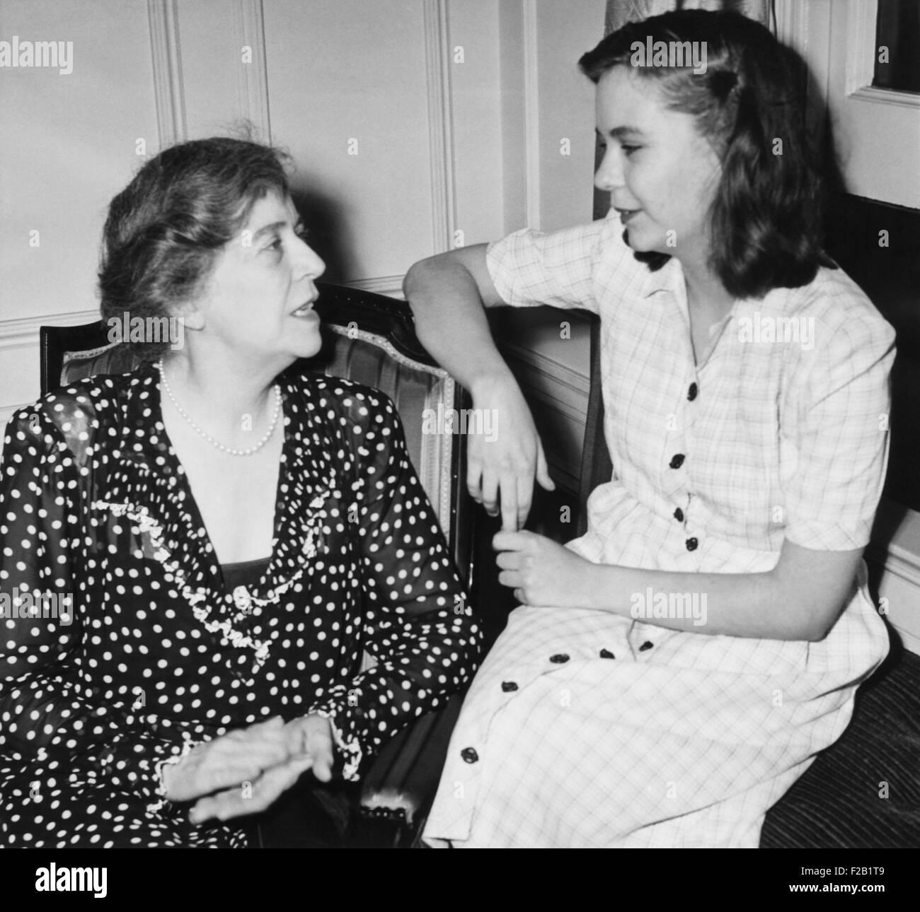 Alice Roosevelt Longworth con sua figlia, 19 anni di Paulina Longworth. Paulina funziona come una copia alla ragazza Immagini Stock