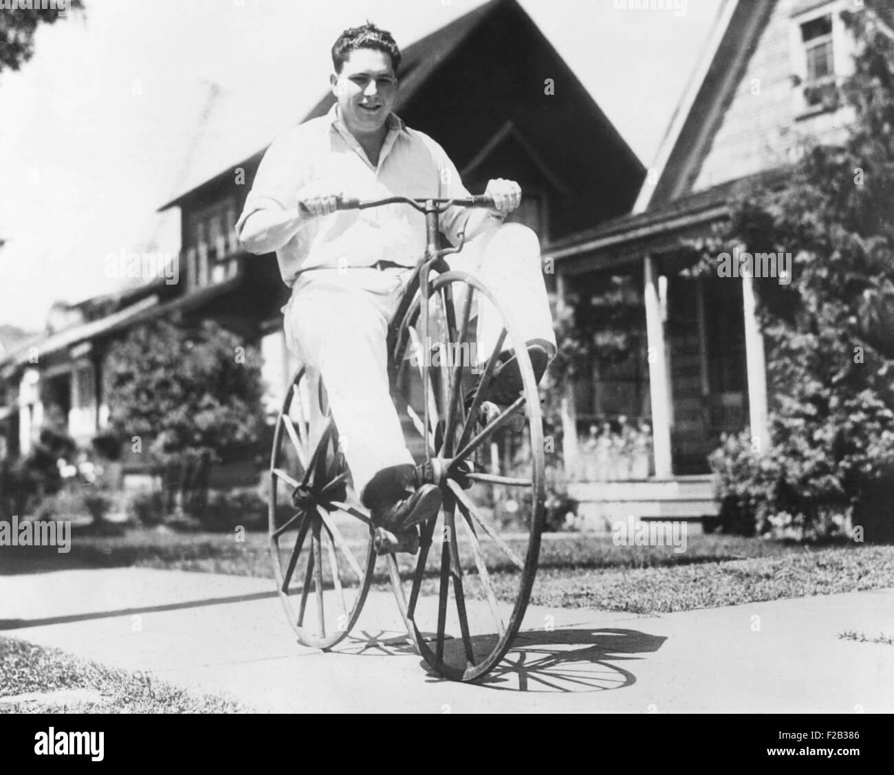 Dwight Hardwick a cavallo di un fatto a mano bicicletta costruita da suo nonno in Minnesota nel 1838. È peddled Immagini Stock