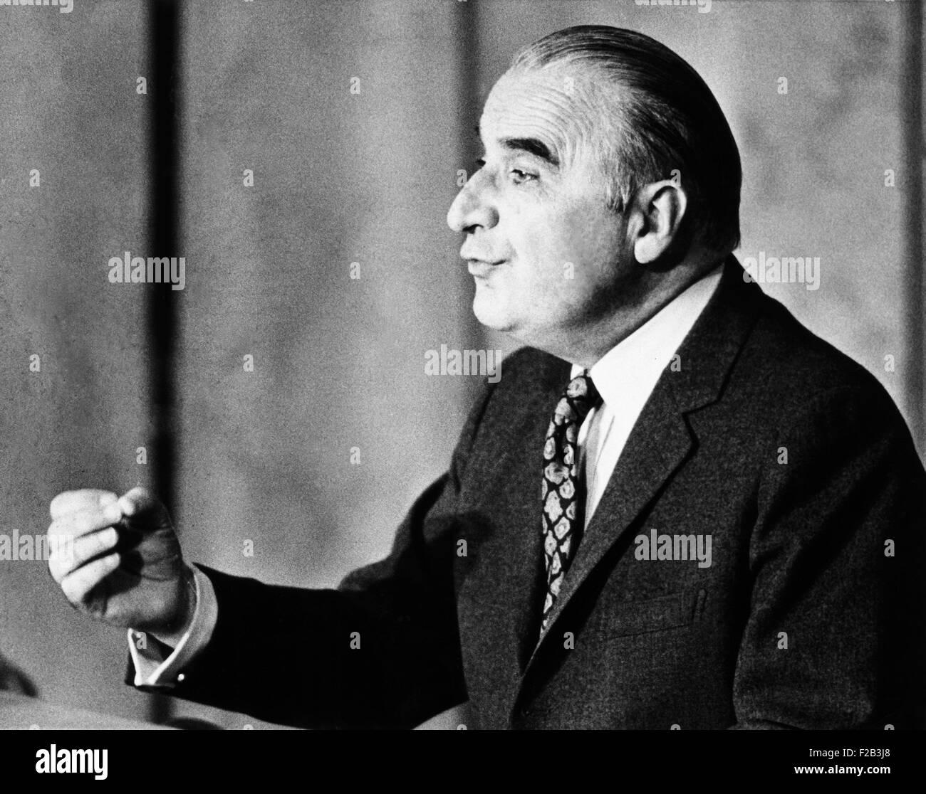 Presidente Georges Pompidou sottolinea un punto durante una conferenza stampa a Parigi, 16 marzo 1972. - (CSU_2015 Immagini Stock
