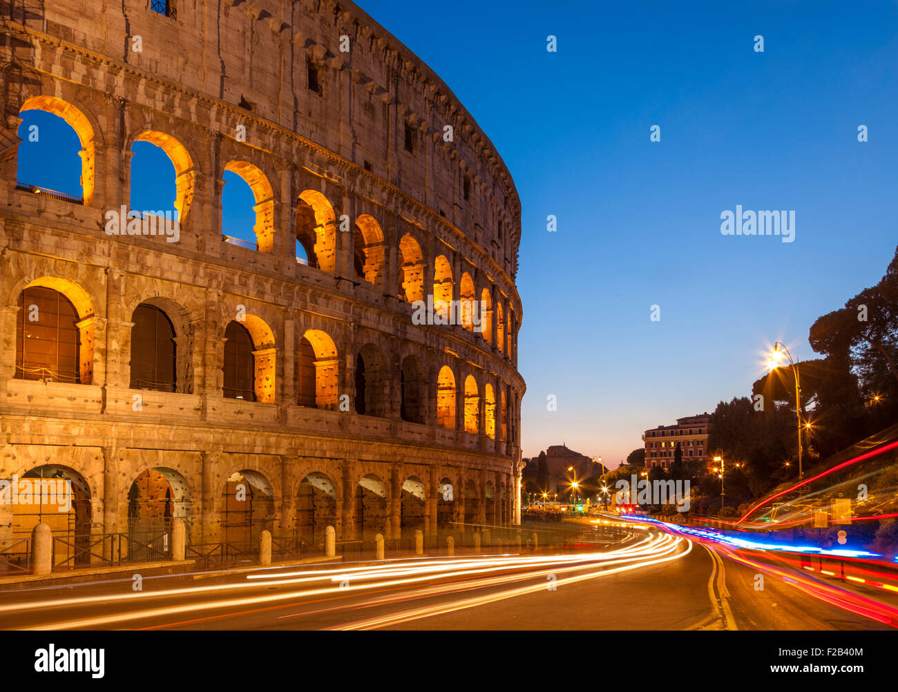 Roma Colosseo o Anfiteatro Flavio di notte con percorsi di luce Roma Lazio Italia Europa UE Immagini Stock