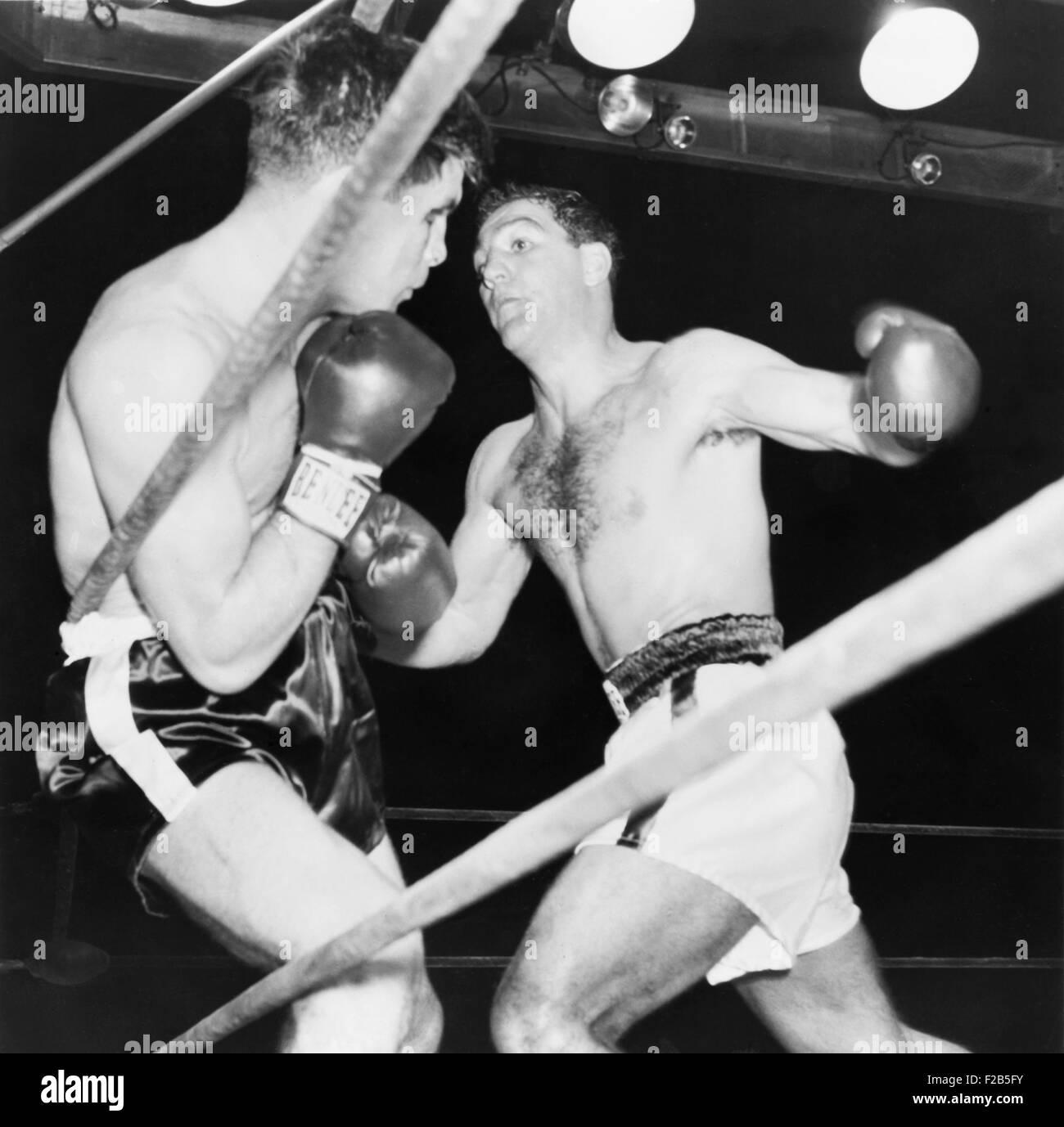 Heavyweight Champion Rocky Marciano (destra) spalle Roland LaStarza contro le corde. Sett. 24, 1953. LaStarza perso Immagini Stock