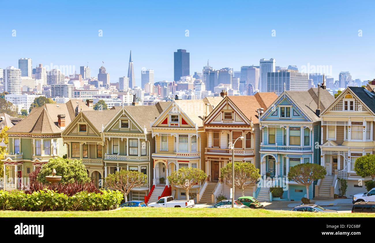 Skyline di San Francisco con Painted Ladies edifici ad Alamo Square, STATI UNITI D'AMERICA. Immagini Stock