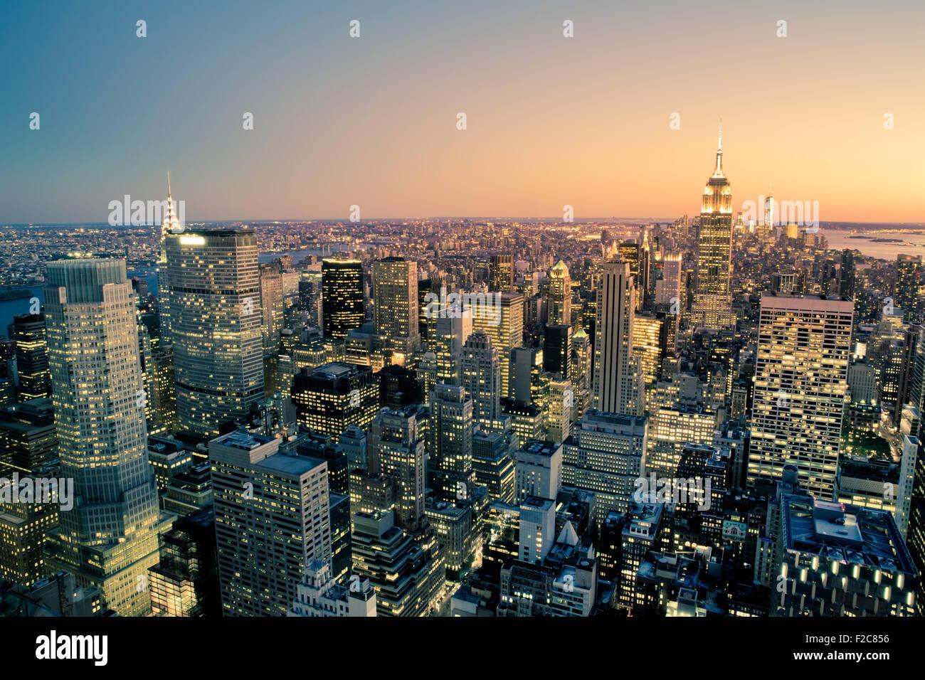 Bella New York City Manhattan edifici illuminati fino al tramonto Immagini Stock
