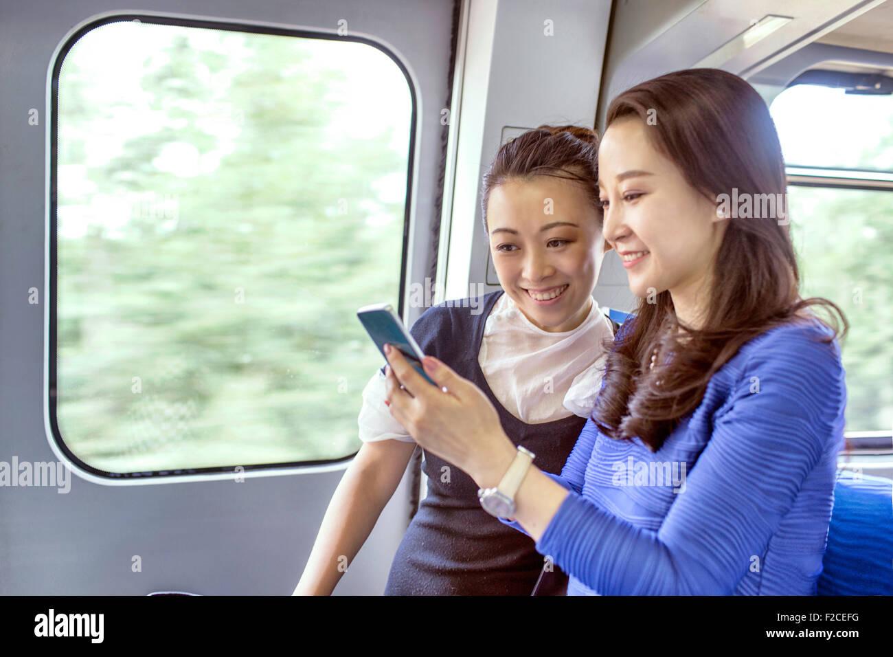 Imprenditrici che viaggiano nell'aeroporto internazionale di Pechino Immagini Stock