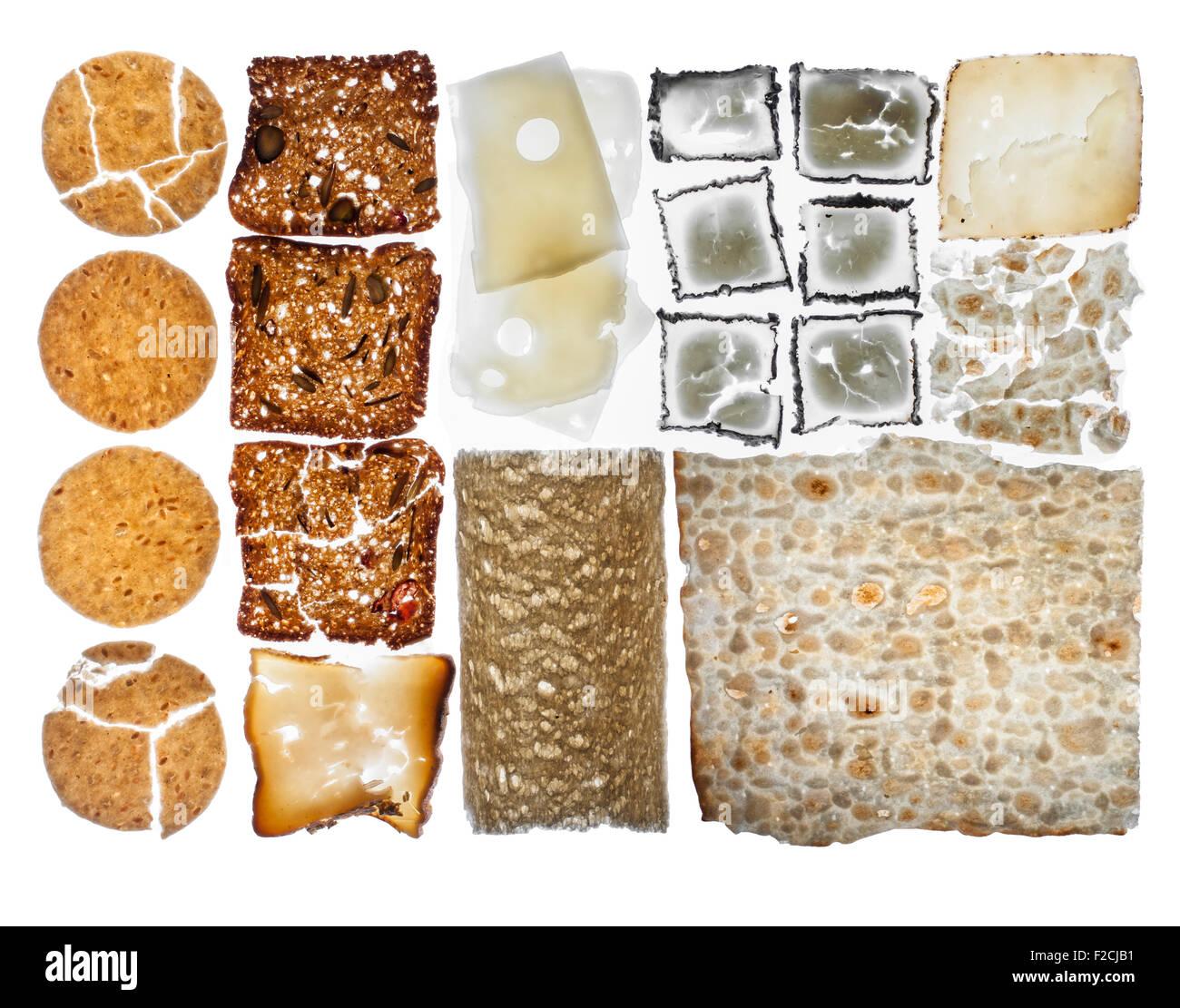 Vista aerea del cracker e formaggio disposte in griglia sul tavolo luminoso Foto Stock
