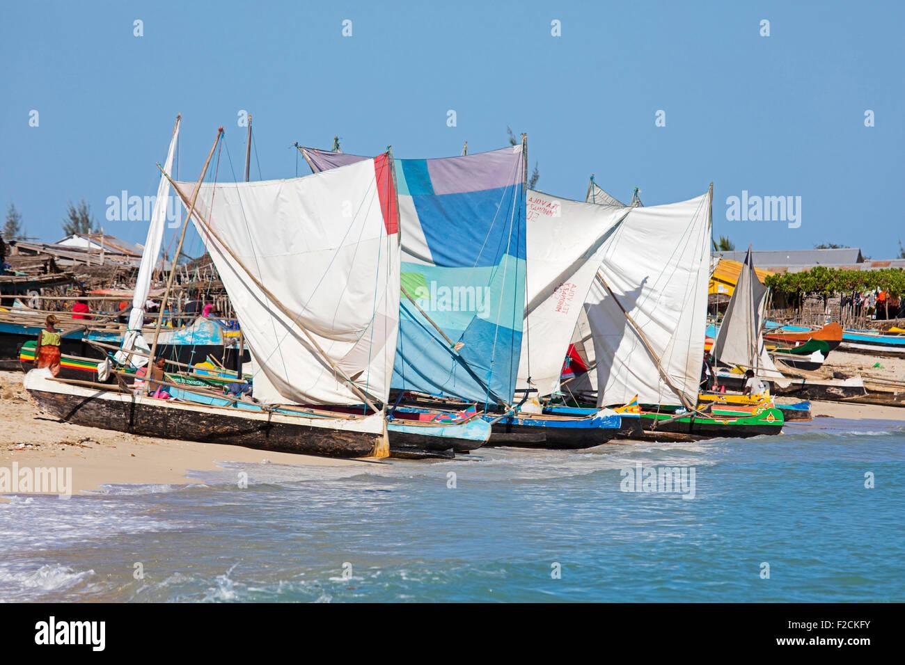 Colorate di pesca tradizionali piroghe con vele sulla spiaggia di pesca costiera comune Anakao / Anokao, Atsimo Foto Stock