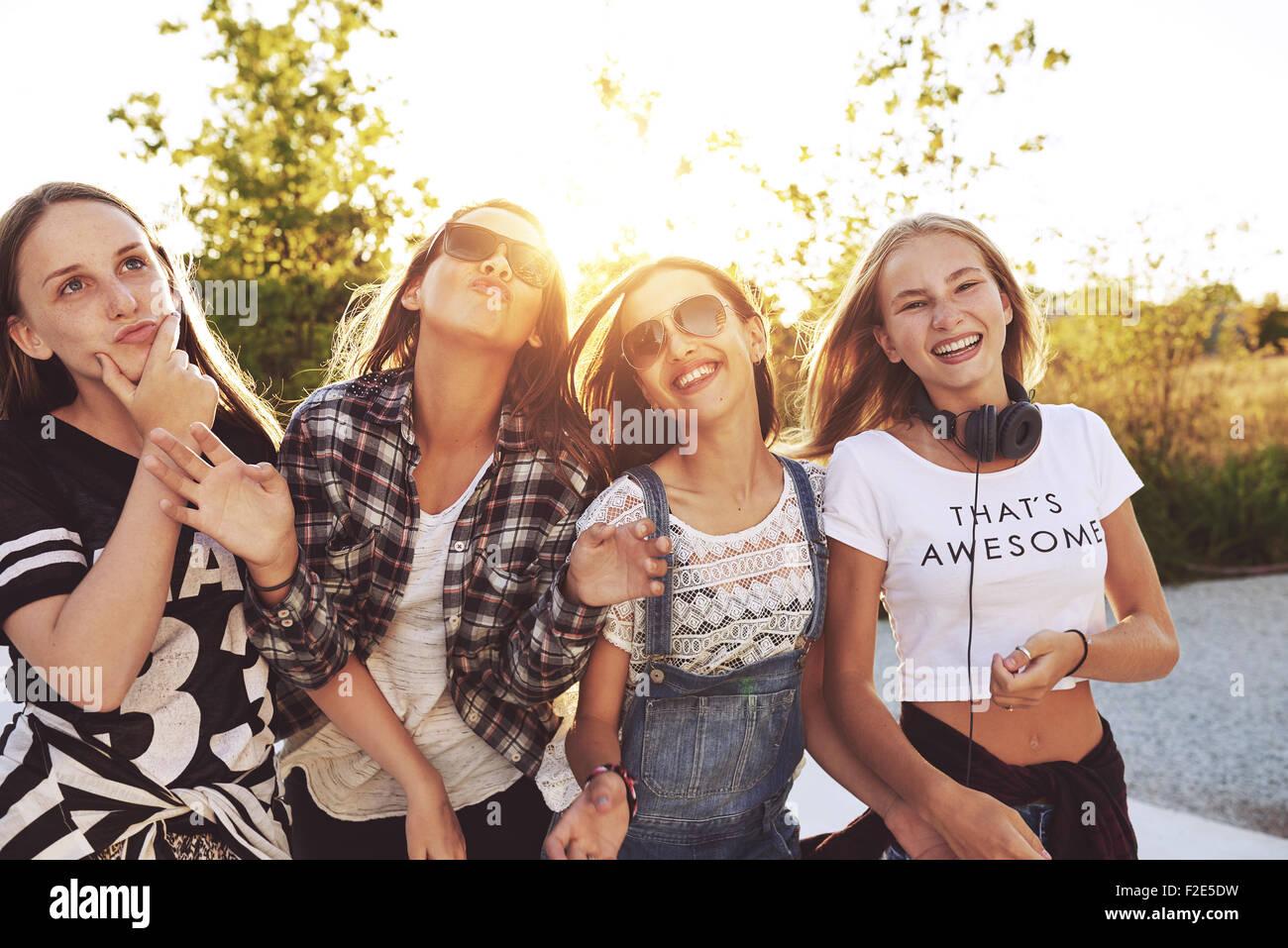 Gli adolescenti divertendosi in un giorno di estate, sun flare Immagini Stock