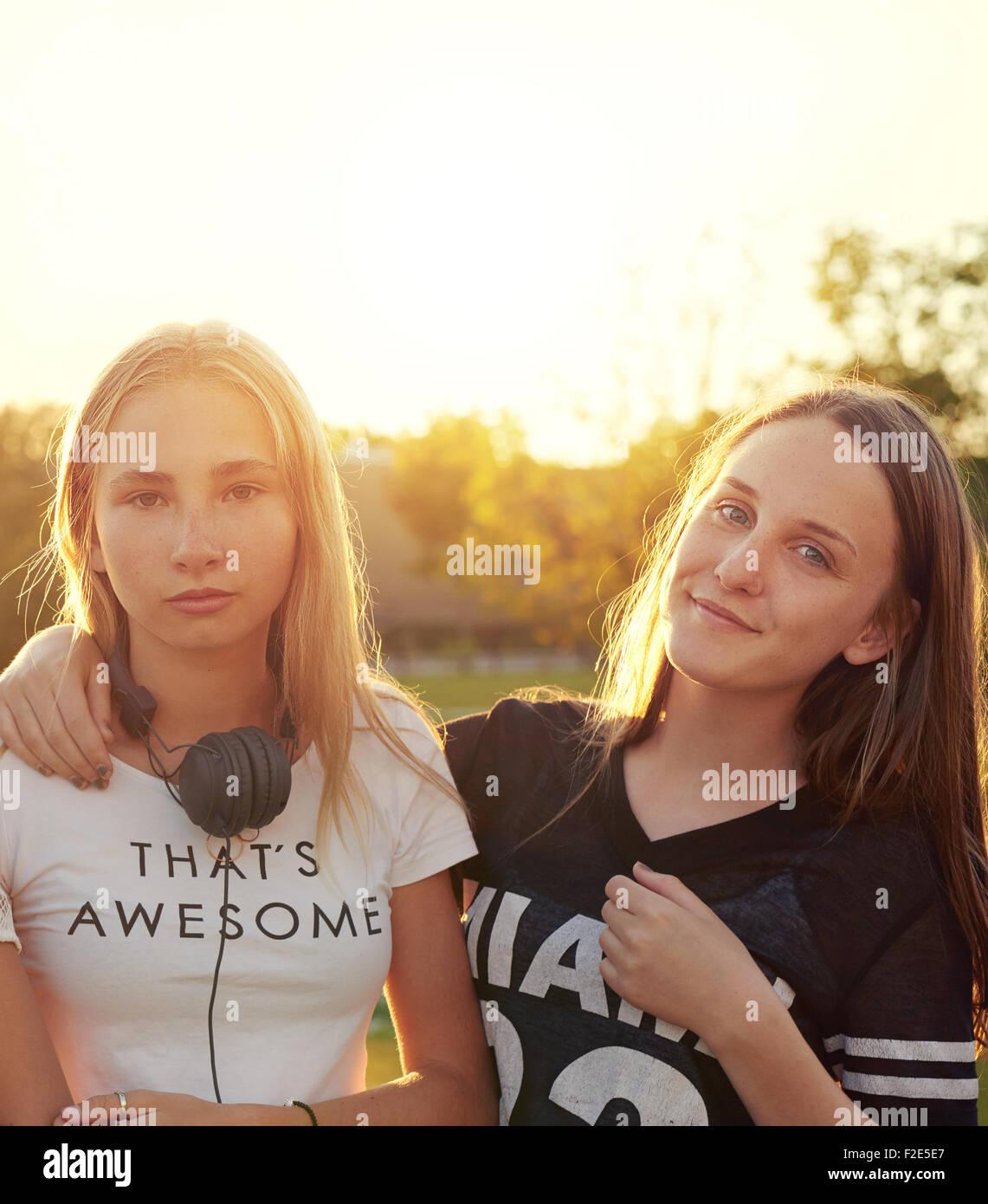 Due ragazze adolescenti al di fuori di una serata estiva Immagini Stock