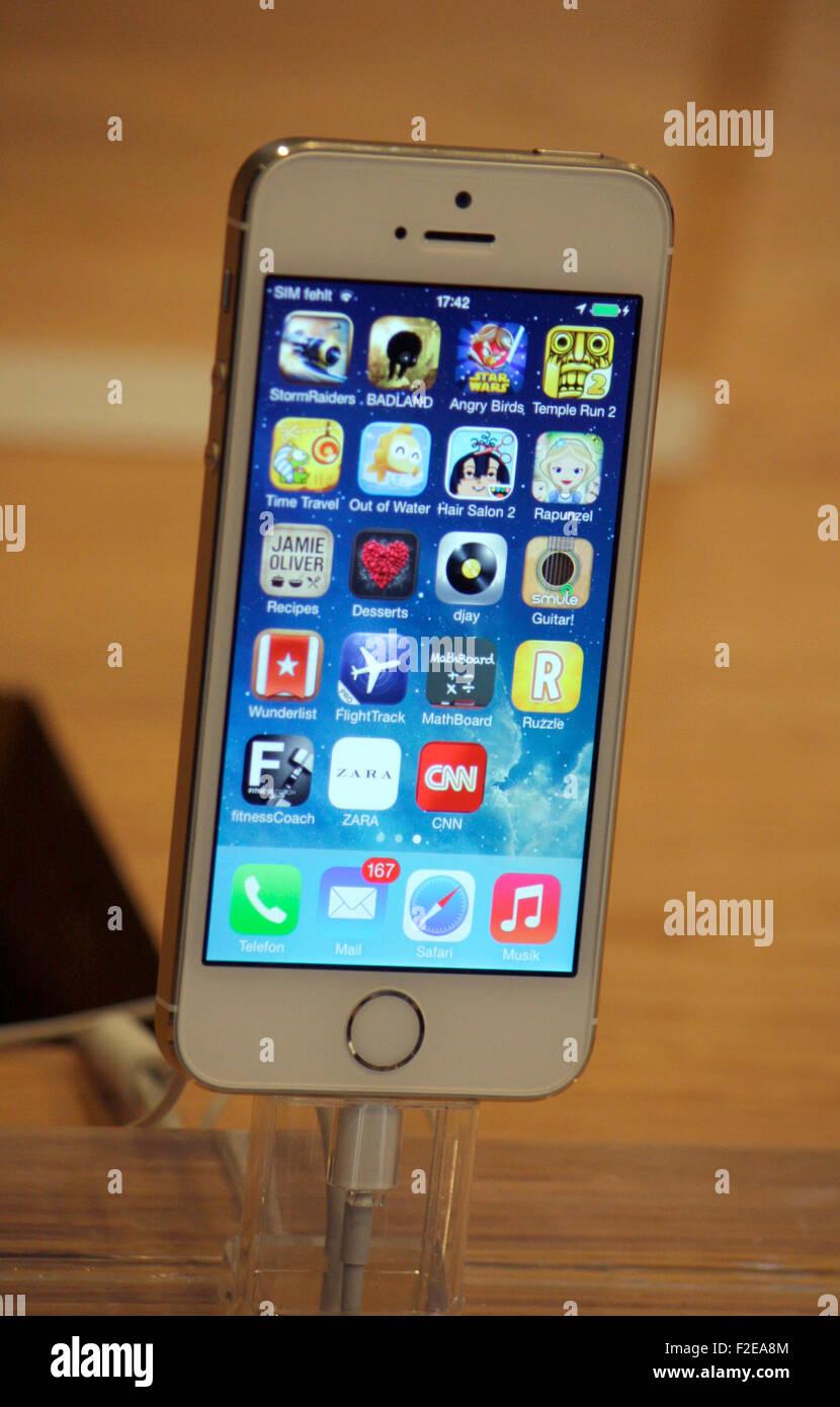 """8 novembre 2013 - BERLINO: un """"Iphone 5s' nel negozio Apple Store a Kurfürstendamm di Berlino. Immagini Stock"""