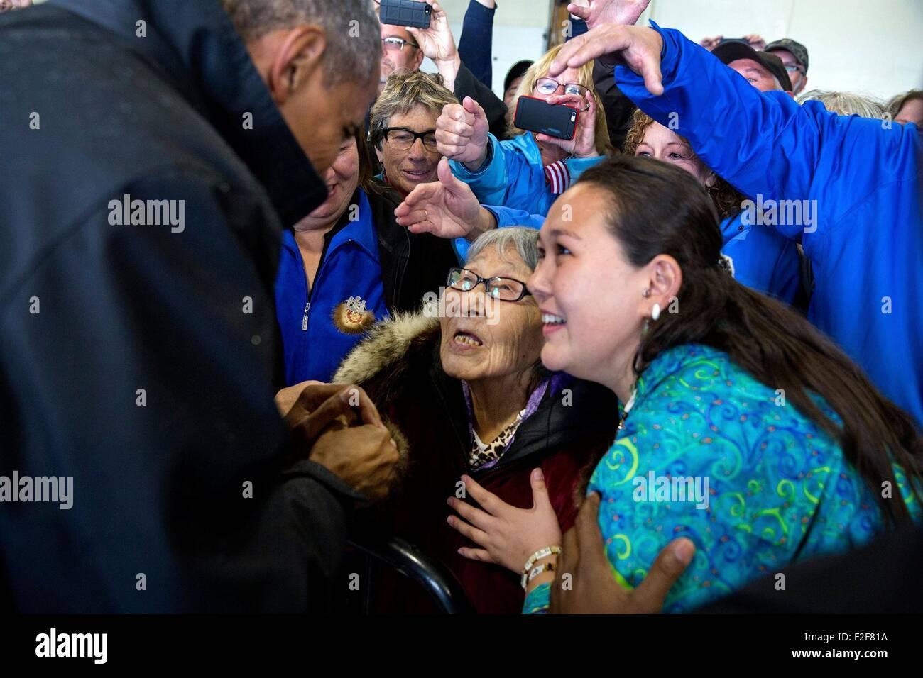 Stati Uniti Il presidente Barack Obama saluta i sostenitori si sono riuniti presso l'aeroporto di Dillingham Immagini Stock